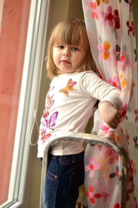 Bezpieczne okna w pokoju dziecka